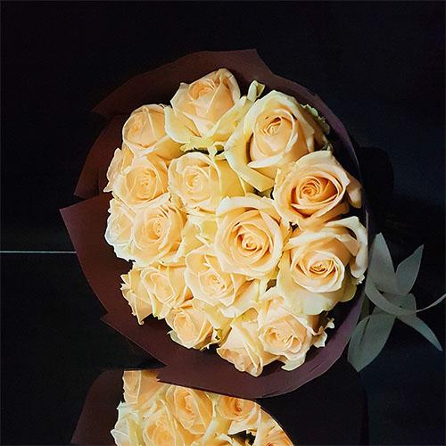 17 кремовых роз